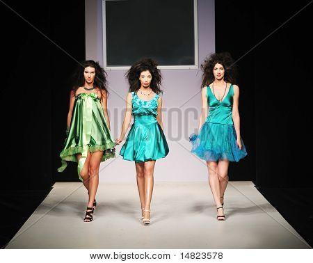 jovem modelo lindo andando na pista do show de moda