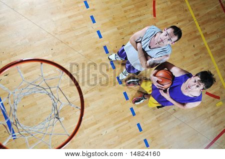 jugador de juego de pelota de una cesta en el gimnasio de deporte con pelota