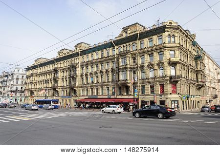 ST. PETERSBURG, RUSSIA - AUGUST 13, 2016: Nevsky Prospect near the Anichkov Bridge