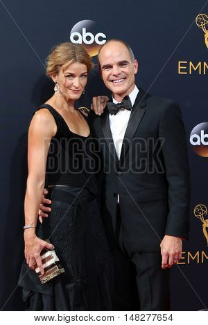 LOS ANGELES - SEP 18:  Karyn Kelly, Michael Kelly at the 2016 Primetime Emmy Awards - Arrivals at the Microsoft Theater on September 18, 2016 in Los Angeles, CA