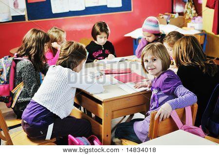 de gelukkige kinderen groep in school veel plezier en vertegenwoordigen onderwijs en teamwerk concept