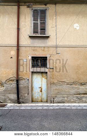 Brown Door  Europe  Italy  Lombardy        The Milano Old   Water Pipe