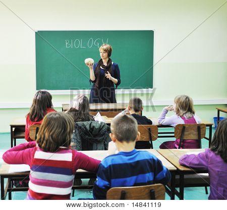 happy Children Gruppe in School Classrom Notizen und Biologie und Anatomie Lehren mit