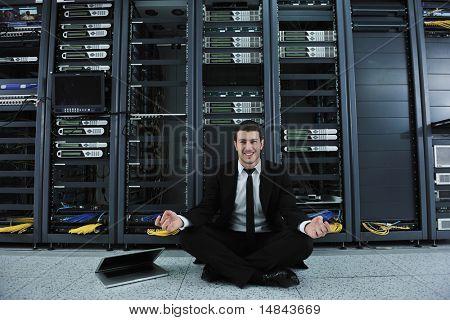 empresario joven guapo en negro traje y atar la práctica del yoga y relajarse en red servidor sala whi
