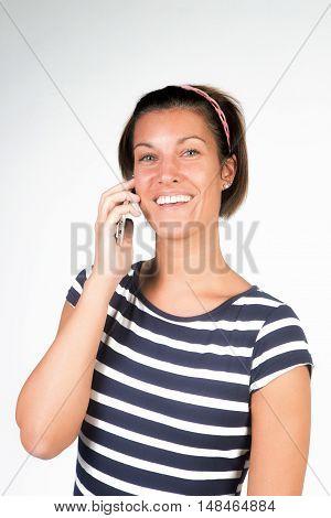 Ragazza bellissima con il sorriso  parla al cellulare
