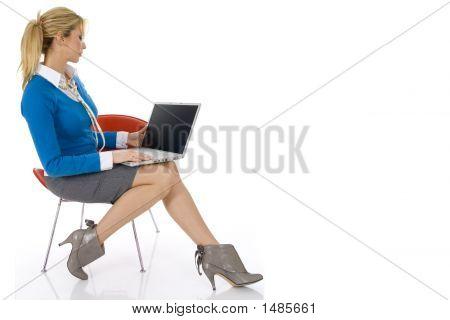 junge schöne geschäftsfrau arbeiten auf notebook