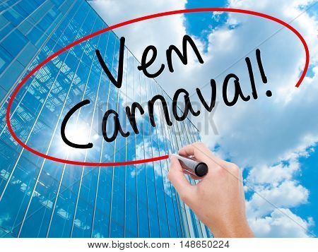 Man Hand Writing Carnival Is Coming (in Portuguese) With Black Marker On Visual Screen