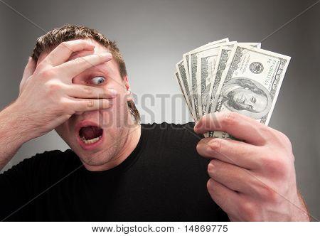 Homem surpreendido com dinheiro