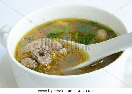 Picante sopa de rabo de boi com legumes em tigela branca
