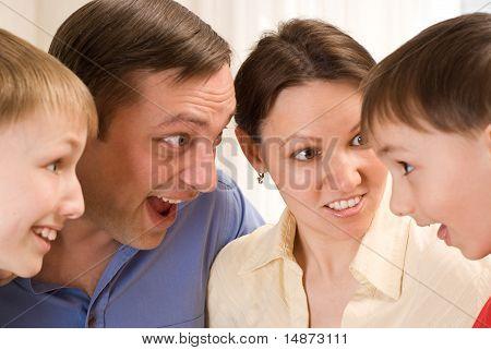 Familie Standing und Überraschung spricht