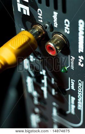 Cable de audio en la parte posterior de un Hifi