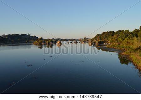 El paisaje reflejado sobre el agua en calma