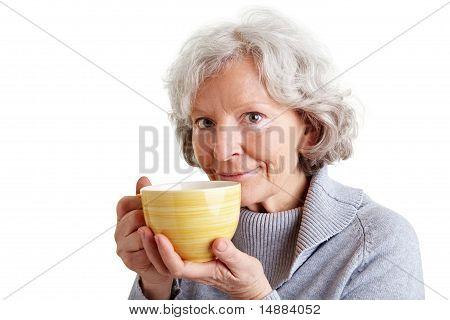 Anciana con taza de café