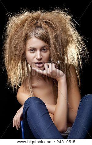 Hermosa mujer con pelo salvaje