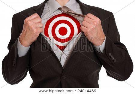 Geschäftsmann in klassischen Superman stellen reißt sein Hemd offen für Ziel-Symbol auf der Brust zeigen