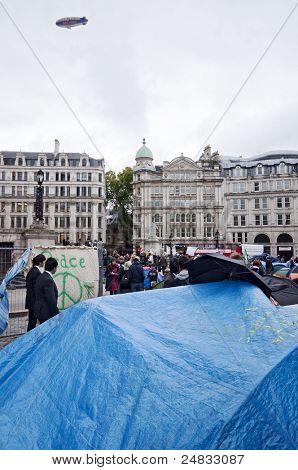 Londres-el 31 de octubre: paradoja como una publicidad Zeppelin vuela arriba anti protesta del capitalismo