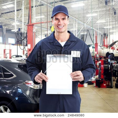 Mecánico de automóviles en el taller de reparación de automóviles. Garaje.