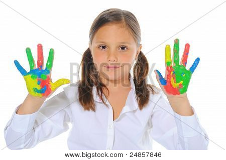 smiling Girl mit den Handflächen, die von einer Farbe gemalt.