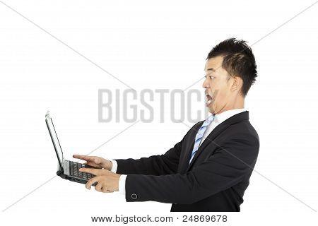 surpreso jovem empresário assistindo e segurando laptop