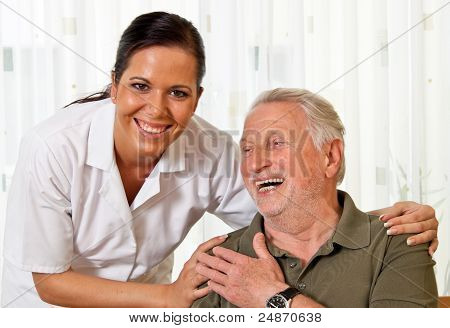 enfermera en el cuidado de los ancianos de la tercera edad