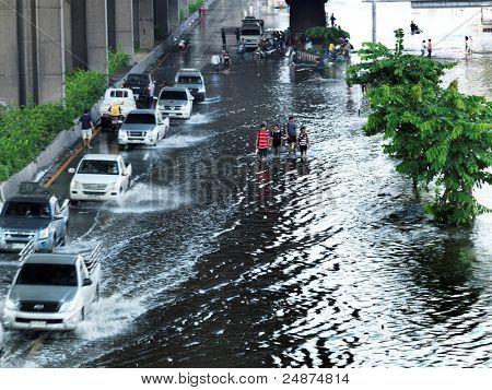 PHATHUMTRANI, Tailandia - 21 de octubre: el tráfico de la ciudad durante las peores inundaciones del monzón en decad