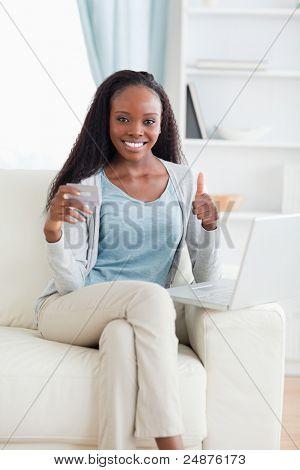 Mujer sonriendo satisfecho con las compras en línea