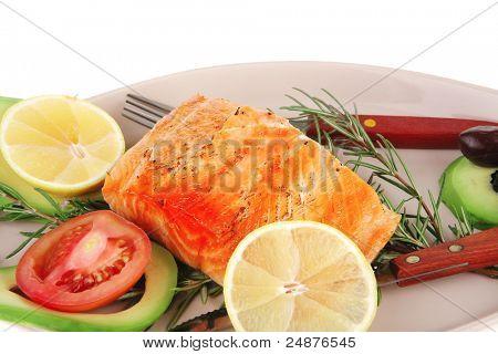 servido peixe: assado de peixe salmão sobre placa de vidro isolada sobre fundo branco