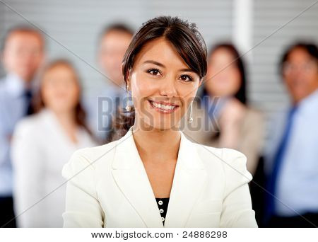 Mulher de negócios, liderando a sua equipe no escritório