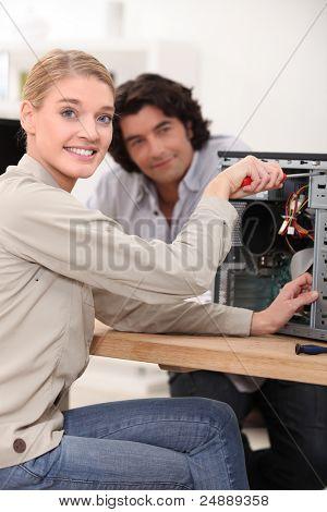weibliche Techniker Reparatur eines Computers