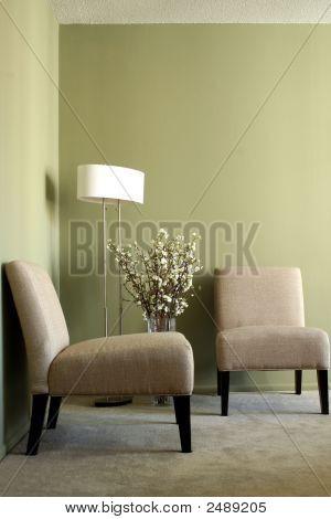 Dos sillas y una lámpara