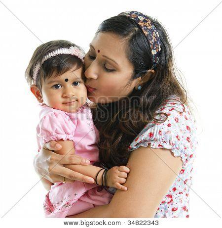 Asia India madre besando a su niña, aislada sobre fondo blanco
