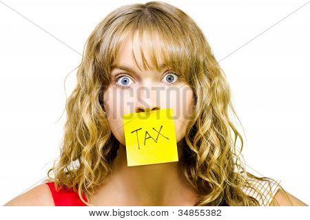 Mulher com nota fiscal sobre boca