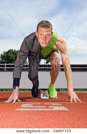 Imagem conceitual de um atleta (velocista) pronto para iniciar uma carreira de negócios. Desempenho nos negócios