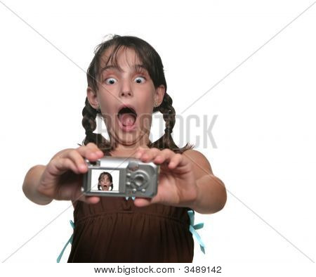 junges Mädchen fotografieren selbst mit einem lustigen Gesicht