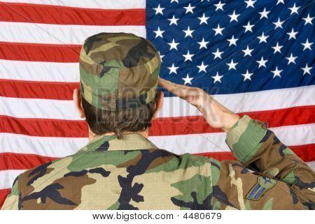 Saludando la bandera americana