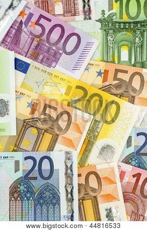 muchos billetes en euros. Foto simbólica para la abundancia y la inversión.
