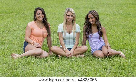 Três jovens mulheres, desfrutando de um dia no Parque