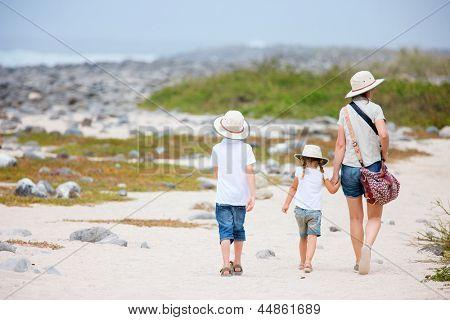 Vista posterior de una madre y dos hijos, senderismo en Galápagos isla de Seymour norte