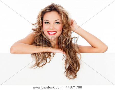 Hermosa joven con el pelo largo con tablero blanco.