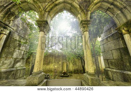 Alte gotische Bögen In der Myst. Fantasielandschaft In Evora, Portugal.