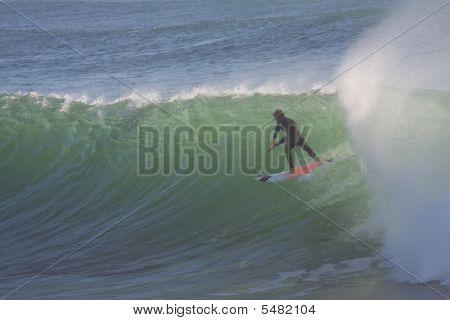 Surfando uma grande onda