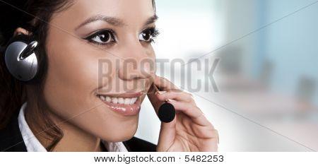 Aislado Retrato de una bella Helpdesk u operador de línea de apoyo para contestar una llamada.