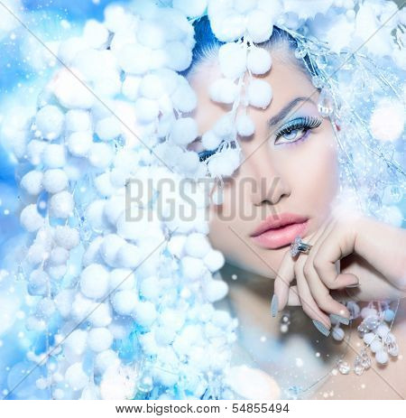 Winter Beauty. Beautiful Beautiful Fashion Model Girl with Snow Hair style and Make up. Holiday Makeup and Manicure. Winter Queen