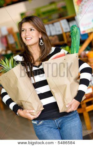 Frau in einem Supermarkt