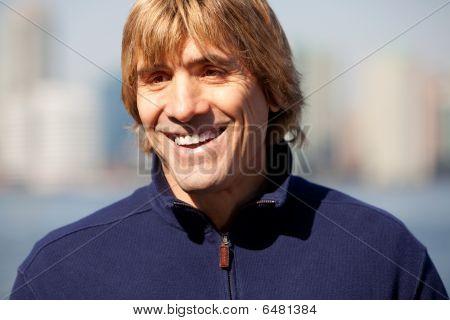 Homem de sorriso