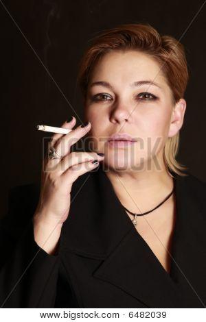 Mujer con un cigarrillo