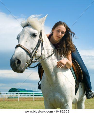 Chica joven serenidad a horcajadas en un caballo