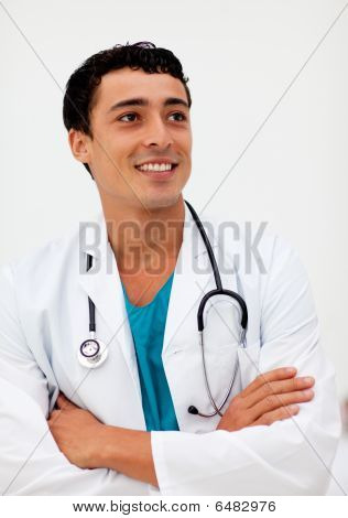 Atractivo Doctor de hombre sonriendo a la cámara