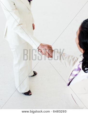 Primer plano de estrechar las manos de gente de negocios