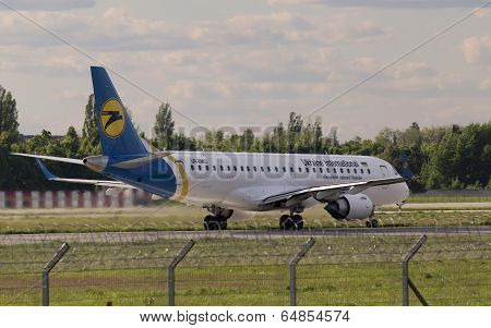 Landing Ukraine International Airlines Embraer ERJ190-100 aircraft